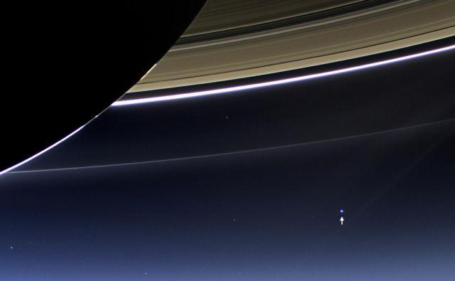 S puščico je označena Zemlja. Cassini je bil takrat od Zemlje oddaljen 1,44 milijard kilometrov. FOTO: NASA/JPL-Caltech/Space Science Institute
