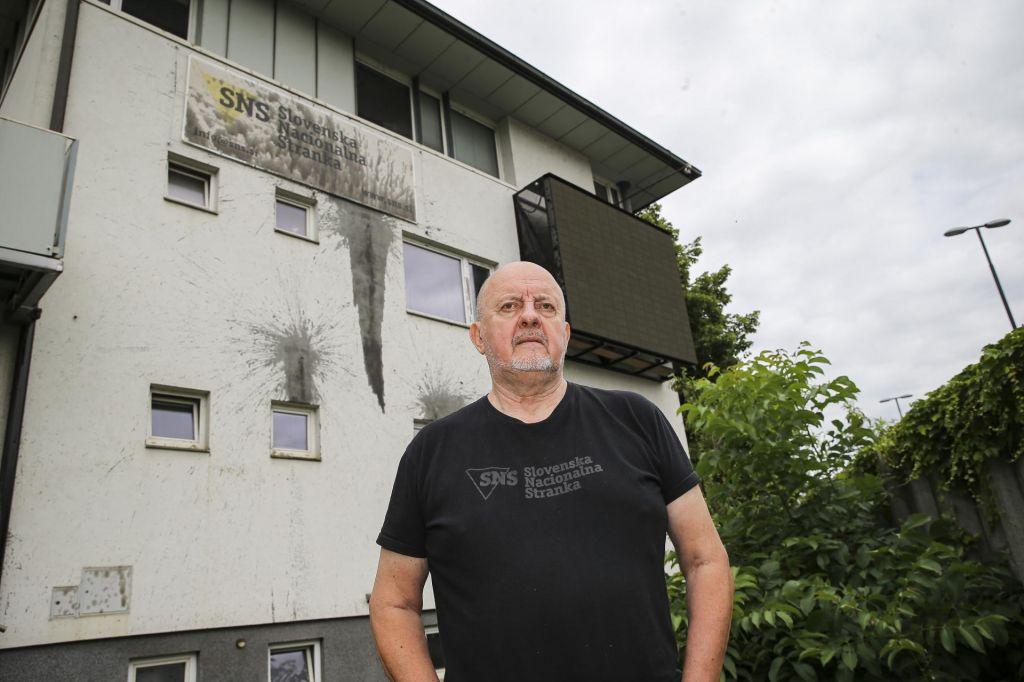 Jelinčiču so onesnažili hišo z oljem