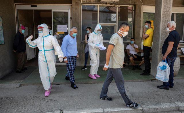 V Srbiji je število potrjenih okužb še kar veliko. FOTO: Marko Djurica/Reuters