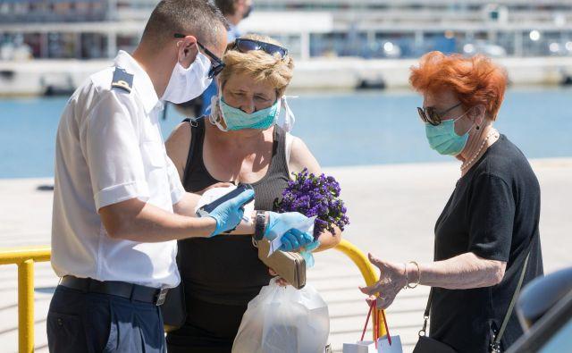 Potniki na hrvaških trajektih morajo spet nositi zaščitne maske. FOTO: Vojko Bašić/Cropix