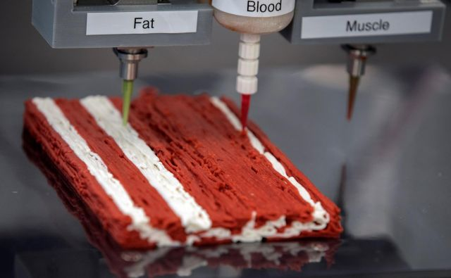 3D-tiskalnik izraelskega start-up podjetja Redefine Meat izdeluje rastlinski zrezek, ki posnema pravo govedino. FOTO: Amir Cohen/Reuters
