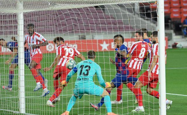 Jan Oblak je bil spet zelo zanesljiv v vratih madridskega Atletica. Siniči sta ga premagala le soigralec Diego Costa z avtogolom in Lionel Messi s tako imenovano panenko z enajstmetrovke. FOTO: Lluis Gene/AFP