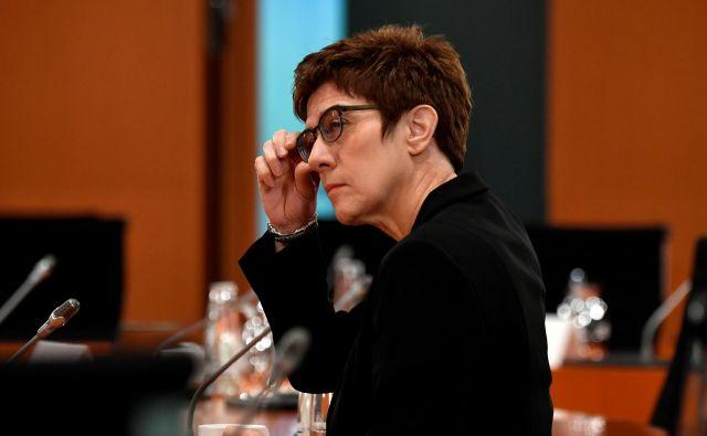 Nemška obrambna ministrica Annegret Kramp-Karrenbauer bo reorganizirala in delno razpustila elitno vojaško enoto KSK, ki deluje na tajnih misijah v tujini.<br /> <br /> Foto John Macdougall/Reuters