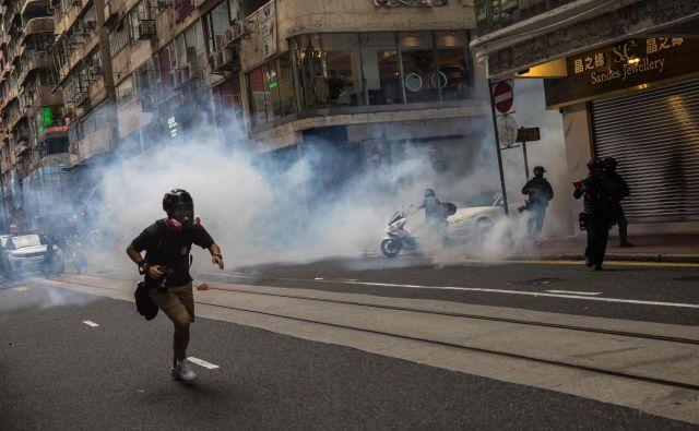 Na podlagi novega zakona so v Hongkongu aretirali več kot 70 demonstrantov. FOTO: Dale De La Rey/AFP