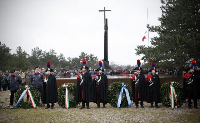 Italijani ob Bazoviški fojbi praznujejo dan spomina na fojbe in eksodus; praznik so uvedli leta 2004. FOTO: Blaž Samec/Delo