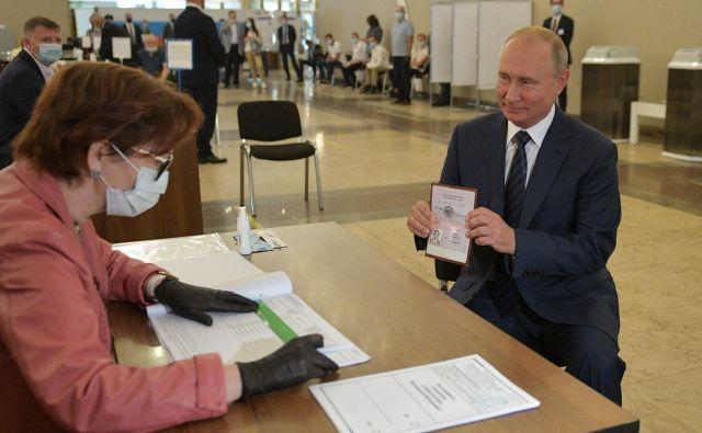 Ruski predsednik Vladimir Putin je glasoval brez zaščitne maske. FOTO: Aleksej Družinin/Afp