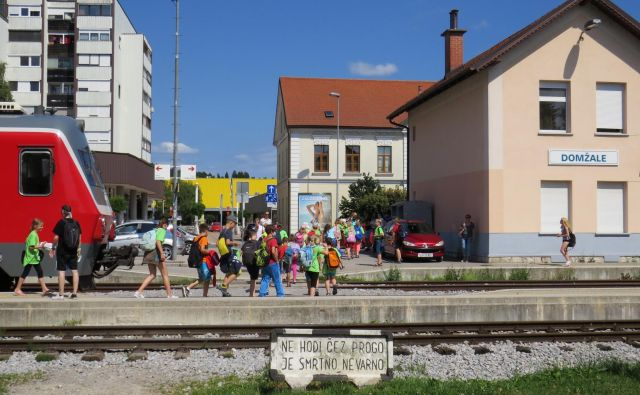 Ker železniška postaja ne premore podhoda, peroni pa so ozki in vse prej kot varni, so potniki vsak dan izpostavljeni nevarnosti.<br /> FOTO: Bojan Rajšek/Delo