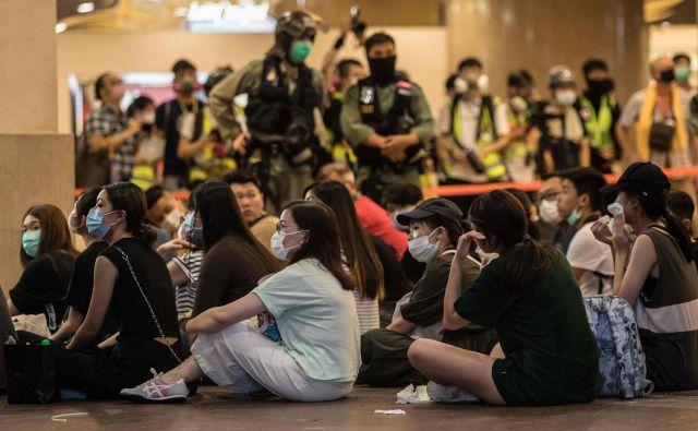 Zajeti protivladni protestniki v središču Hongkonga na 23. obletnico prenosa suverenosti. FOTO: Dale De La Rey/AFP