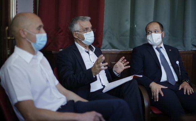 Minister Tomaž Gantar (v družbi Roberta Cuglja iz URI Soča in Janeza Poklukarja, UKCL) se boji, da zaradi napete politične situacije v zdravstvu ne bo mogoče vpeljati nujnih sprememb. FOTO: Jure Eržen/Delo