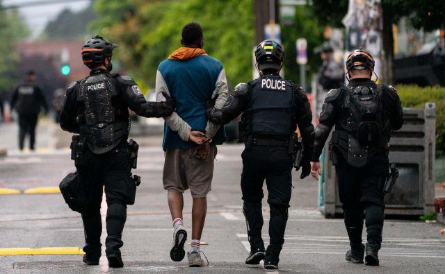 Aretacija protestnika v Seattlu.Foto David Ryder Afp