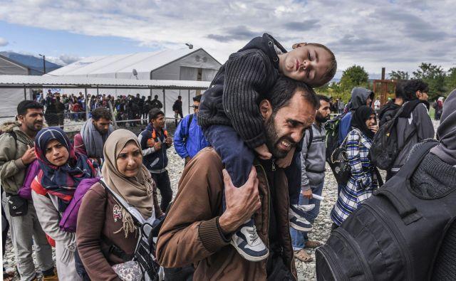 Begunci na balkanski begunski poti so pogosto tarče nasilja in rasizma. FOTO: Armend Nimani/AFP