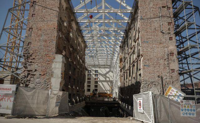 Galerija Cukrarna, kjer že nekaj časa potekajo gradbena dela, naj bi zaživela v prvi polovici prihodnjega leta. FOTO: Uroš Hočevar