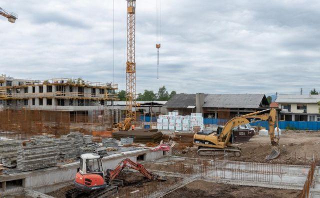 Na Jurčkovi zasebna družba Prva hiša gradi 96 stanovanj, ki bodo vseljiva poleti prihodnje leto. FOTO: Vid Svetina