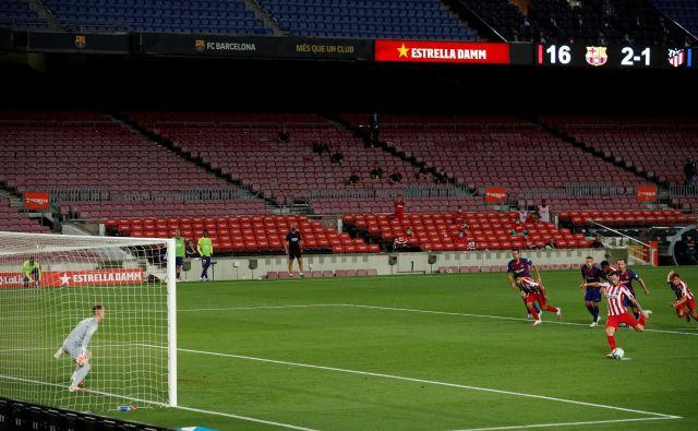 Brez gledalcev je v torek minil tudi derbi španske lige med Barcelono in Atleticom. FOTO: Albert Gea/Reuters