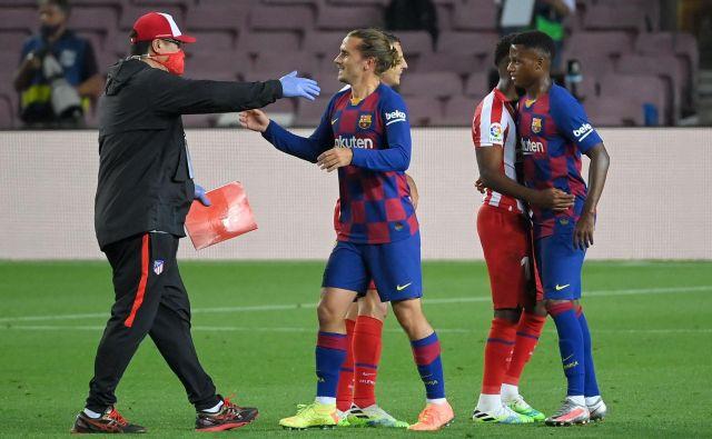 Antoine Griezmann (v sredini) je proti svojemu nekdanjemu klubu Atleticu igral le nekaj minut in se spet soočil s tem, da bo imel pri Barceloni kratek rok trajanja, če ne bo korenitih zasukov. FOTO: Lluis Gene/AFP