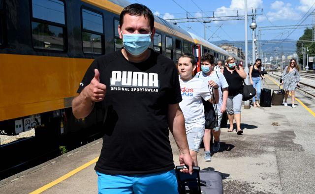 Češki turisti so prišli do morja, a na Hrvaškem število okužb raste. FOTO: Denis Lovrović/AFP