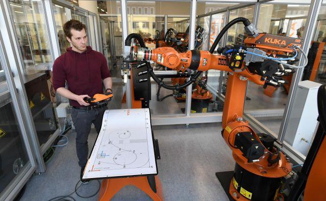 Samo na področju umetne inteligence in robotike bo v naslednjih petih letih ustvarjenih skoraj 60 milijonov novih delovnih mest po vsem svetu. Številna druga delovna mesta se bodo spremenila ali celo izginila. FOTO: Andreas Gebert/Reuters