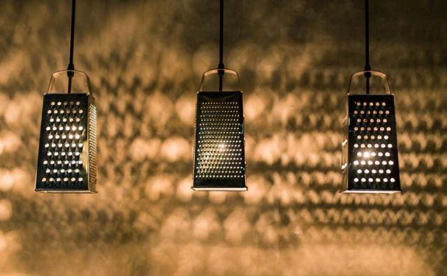 Iz starega ribežna, na primer, lahko nastane domiselna viseča luč, ki skozi luknjice za ribanje prepušča svetlobo in meče senco na stene. Foto Pornpawit/ Shutterstock