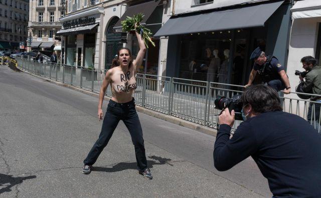 Kakih dvajset feministk je ob torkovi primopredaji poslov protestiralo pred notranjim ministrstvom, označevalo Darmanina za posiljevalca in ga pozivalo k odstopu. Nekatere akcije so izpeljali še drugje, tudi s sporočili, kako pod Republiko, naprej! »napreduje kultura posilstva«. FOTO: AFP