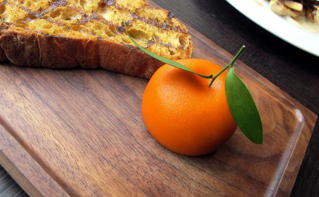 Mesno sadje Hestona Blumenthala iz časa med 13. in 15. stoletjem, mandarina, ki je v resnici parfe iz piščančjih jeter, obdan z mandarininim gelom. Foto Igor Bratož