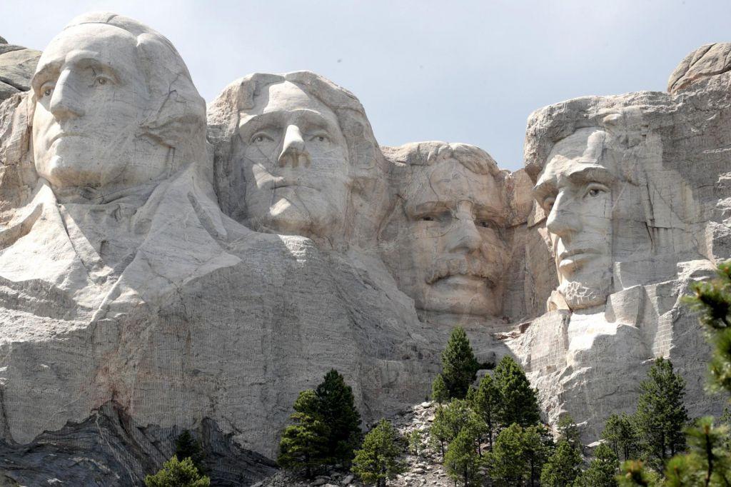 FOTO:Obrazi predsednikov ali obrazi belih osvajalcev?