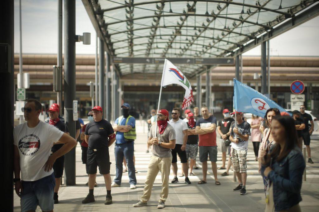 FOTO:Protest zaposlenih v Fraportu Slovenija