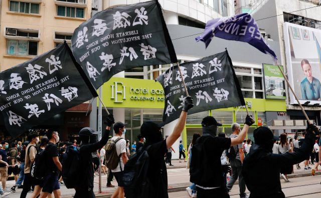 Prvega julija, na obletnico vrnitve kolonije matični domovini, so številni prebivalci Honkonga protestirali proti zakonu, ki prepoveduje izdajo in terorizem. Protesti so prerasli v nasilje, z nožem je bil zaboden policist. FOTO: Tyrone Siu/Reuters