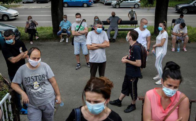 Najnovejši podatki kažejo, da sta bila včeraj v Srbiji 302 na novo okužena, v BiH 174, v Severni Makedoniji 114, enako na Kosovu, v Črni gori 57. FOTO: Oliver Bunić/AFP