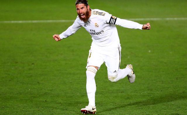 Kapetan Real Madrida Sergio Ramos je z bele točke odločil zmagovalca mestnega dvoboja proti neugodnemu in kakovstnemu Getafeju. FOTO: Sergio Perez/Reuters