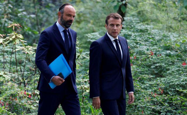 Francoski predsednik Emmanuel Macron in premier v odstopu Edouard Philippe. FOTO: Christian Hartmann/Reuters