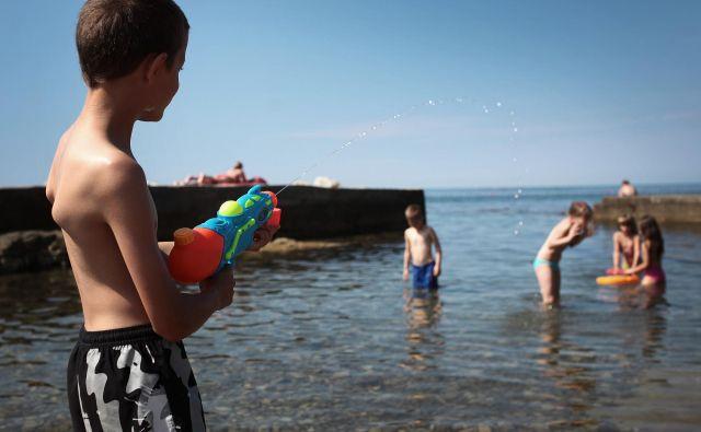 Otroški vrišč že napolnjuje mladinska letovišča ob morju... Foto Jože Suhadolnik