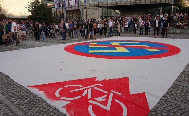 Protestniki so na Trgu republike razvili transparent proti nacizmu podpornikov vlade. FOTO: Miha Pribošič