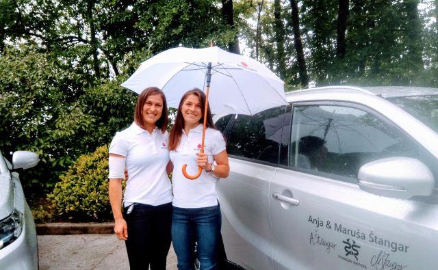 Neustrašni sestri Anja in Maruša Štangar nista skrivali navdušenja, potem ko sta v enoletno uporabo prejeli avtomobil suzuki vitara. FOTO: Miha Šimnovec