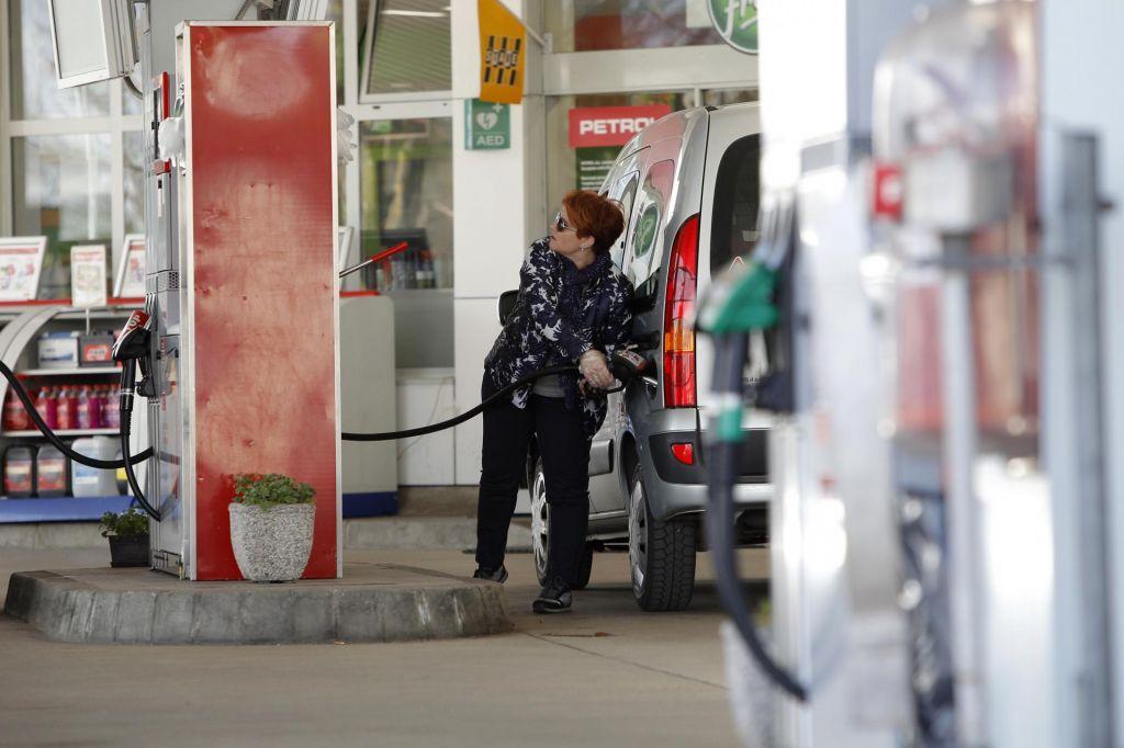 Konec obdobja okroglih cen bencina