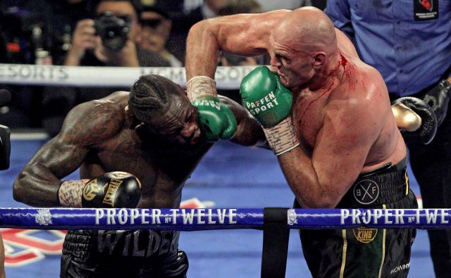 Tyson Fury (desno) je 22. februarja letos s tehničnim nokavtom v sedmi rundi prisilil k vdaji Deontayja Wilderja. FOTO: John Gurzinski/AFP