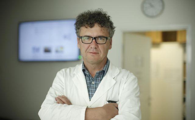 Predstojnik inštituta za imunologijo je povedal, da je bilo tudi pri testiranju prisotnosti virusa v brisu nosno-žrelne sluznice v Sloveniji nekaj lažnih pozitivnih testov.FOTO: Jure Eržen/Delo