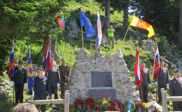 Častna straža praproščakov pred spomenikom padlih bork in borcev na Menini planini. FOTO: Bojan Rajšek/Delo