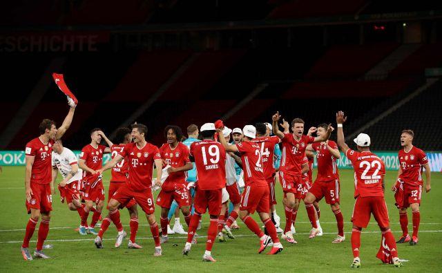 Bayern je v Nemčiji zanesljivo osvojil še pokalno lovoriko in sezono dopolnil s trinajsto dvojno krono. FOTO: Alexander Hassenstein/AFP