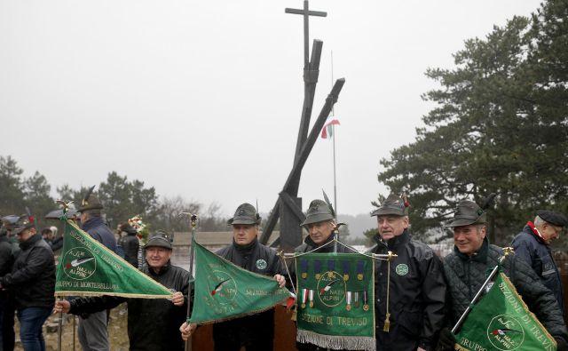 Ob spomeniku pri bazoviški fojbi se vsako leto razpihuje sovraštvo, nihče od govorcev ni še nikoli omenil tragedije, ki so jo Slovenci trpeli že od leta 1920. Foto Bla�ž Samec/Delo