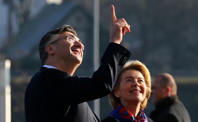 Ursula von der Leyen zAndrejem Plenkovićem v Zagrebu. V videospotu HDZ kot prva v skupini politikov iz vrst Evropske ljudske stranke (EPP) izreče volilni slogan Varna Hrvaška. FOTO: Antonio Bronic/Reuters