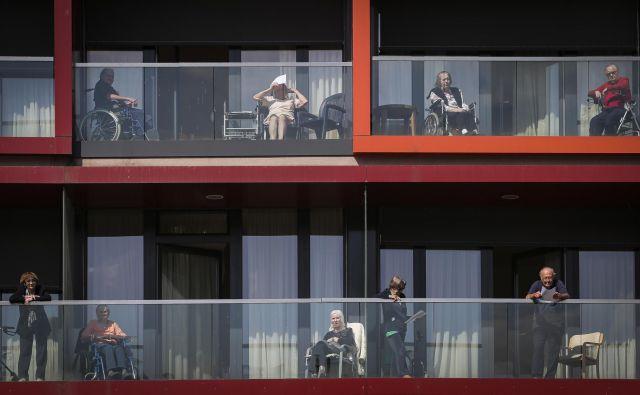 Vir okužbe v domu starejših v Vipavi še ni jasen, najverjetneje je osebje, sklepa Beovićeva. Na fotografiji stanovalci centra starejših Trnovo v Ljubljani. FOTO: Jože Suhadolnik/Delo