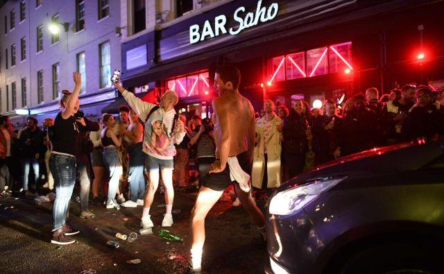 Pubi in restavracije so bile po večini polni, saj so si ljudje po več tednih zaželeli druženja. FOTO: Justin Tallis/AFP
