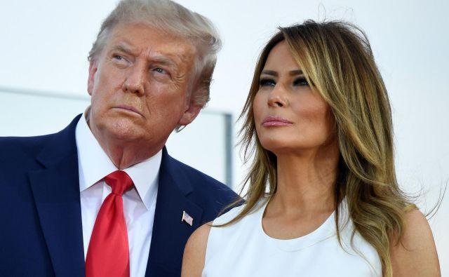 Ameriški predsenik Donald Trump in prva dama Melania Trump med opazovanjem preleta vojaških letal. FOTO:Saul Loeb/Afp