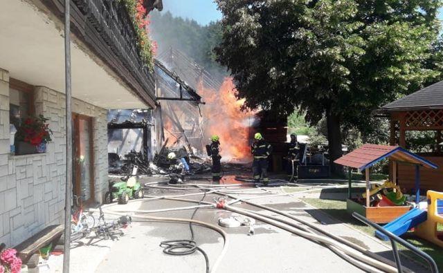 S Policijske uprave Kranj so sporočili, da sta zagorela večje gospodarsko poslopje in del stanovanjske hiše. FOTO: PGD Tržič/Facebook