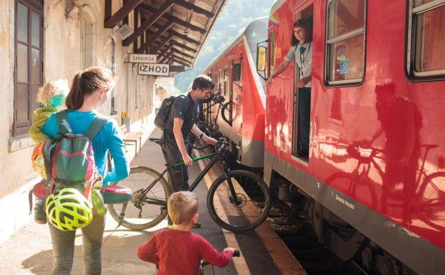Nalaganje koles na železniški postaji v Dravogradu. FOTO: Nika Hölcl Praper