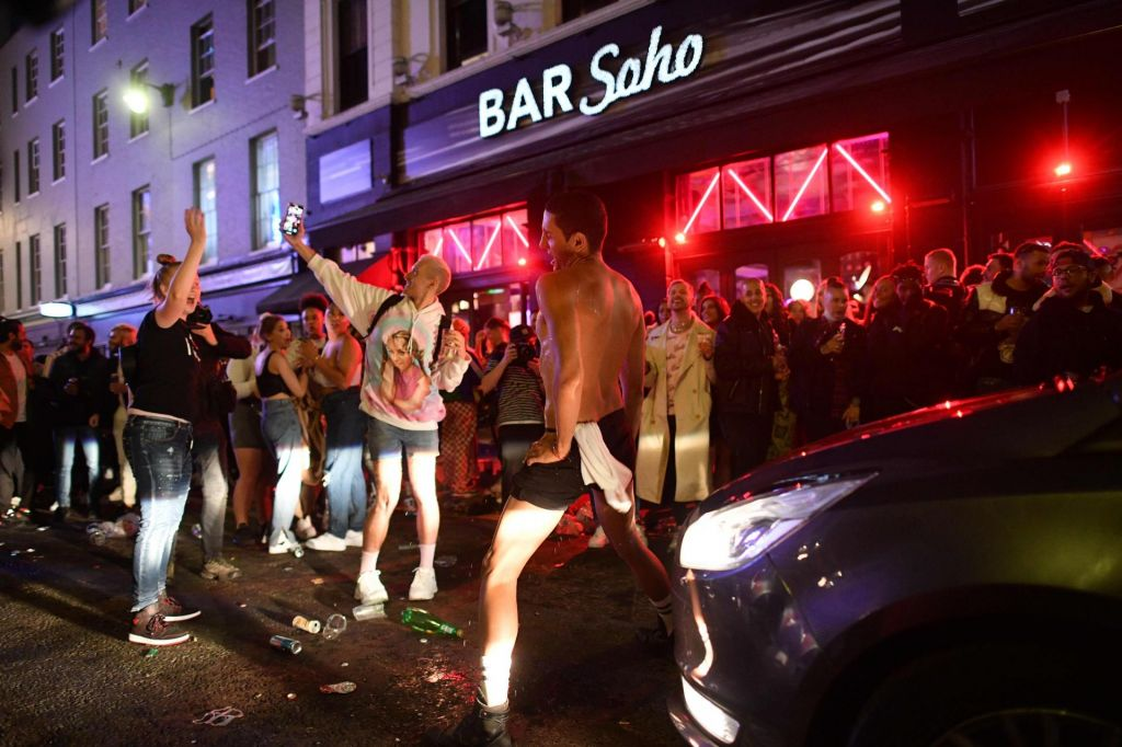 FOTO:Pijani ljudje niso zmožni socialne distance