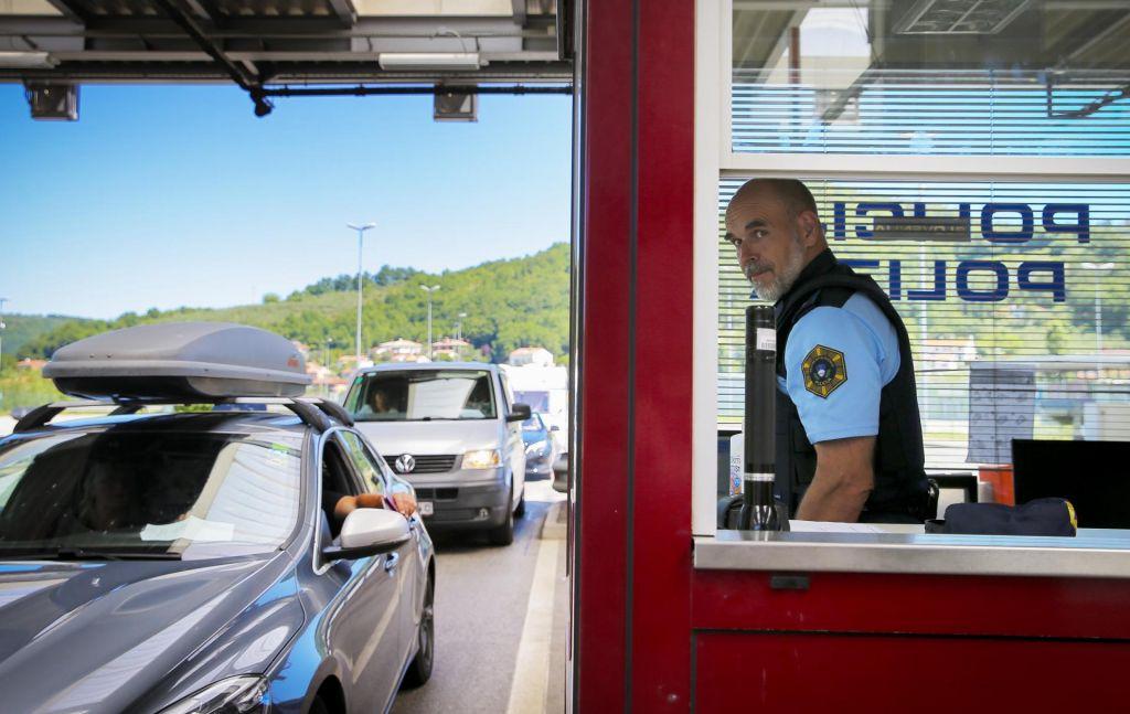 FOTO:Na mejnih prehodih ure čakanja, danes izdali 435 odločb o karanteni