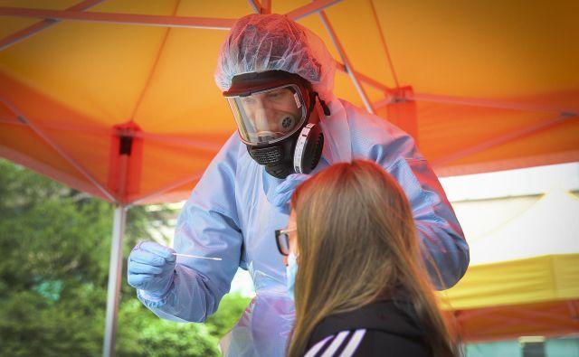 V Sloveniji so v nedeljo ob 530 testiranjih potrdili 16 okužb z novim koronavirusom, hospitaliziranih pa je bilo 11 bolnikov. Na intenzivni negi ni nobenega bolnika, prav tako nihče ni umrl, kažejo vladni podatki. Doslej so v državi potrdili 1716 okužb s koronavirusom, umrlo pa je 111 bolnikov s covidom-19. FOTO: Jože Suhadolnik/Delo