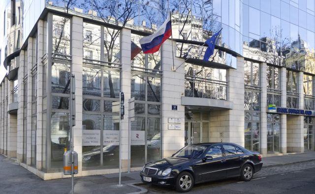 Pravico do ugodnih nakupov v brezcarinski prodajalni urada ZN imajo diplomati in uslužbenci predstavništva ZN. Ugodne cene so zadišale tudi uslužbencu slovenskega veleposlaništva na Dunaju. FOTO: Peter Gugerell/ Wikipedia