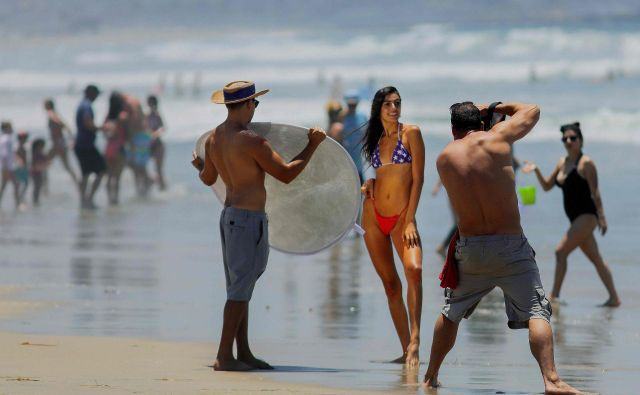 Ta konec tedna so bile po Kaliforniji številne plaže kljub praznovanju dneva neodvisnosti zaprte. Na plažah v San Diegu so naredili izjemo. FOTO: Sandy Huffaker/Afp